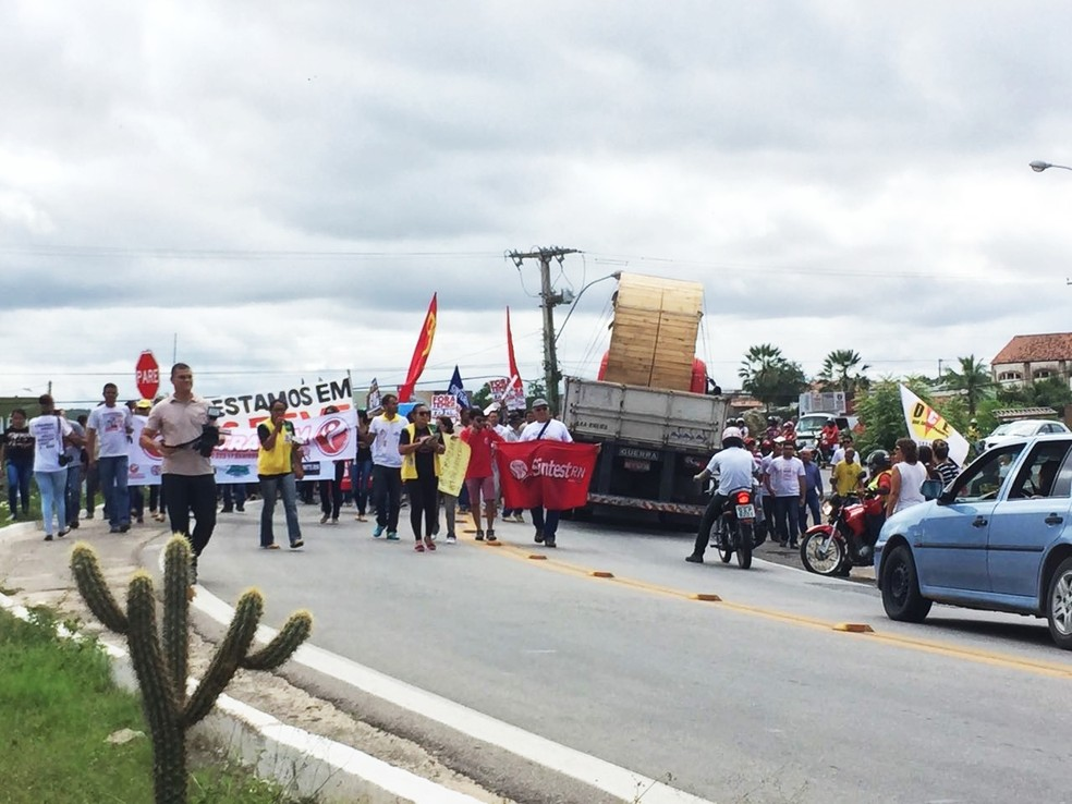 Em Currais Novos, manifestantes bloquearem trecho da BR-226 (Foto: Jean Sousa)