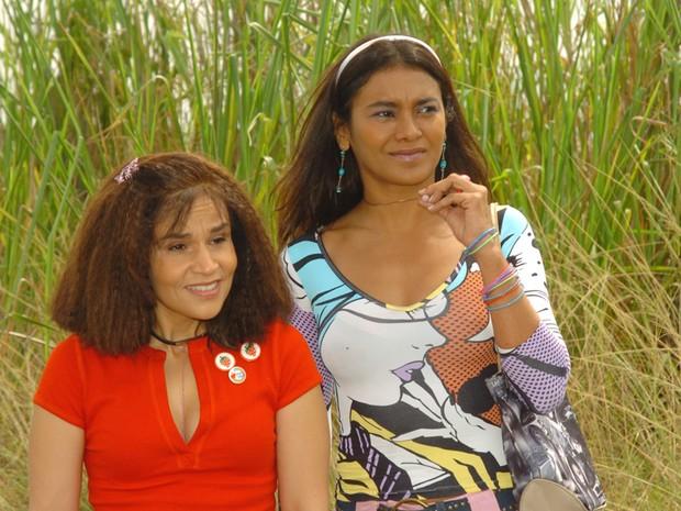 """Claudia Rodrigues e Dira Paes em """"A Diarista"""" (Foto: CEDOC/TV Globo)"""