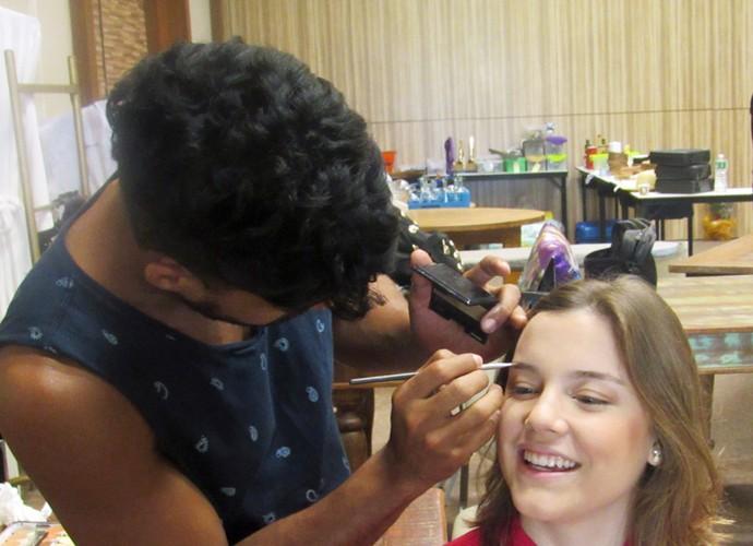 Antes de gravar participação no Estrelas, Alice Wegmann se maquia e conta seus cuidados com a pele no verão (Foto: Nathália Gomes / Gshow)