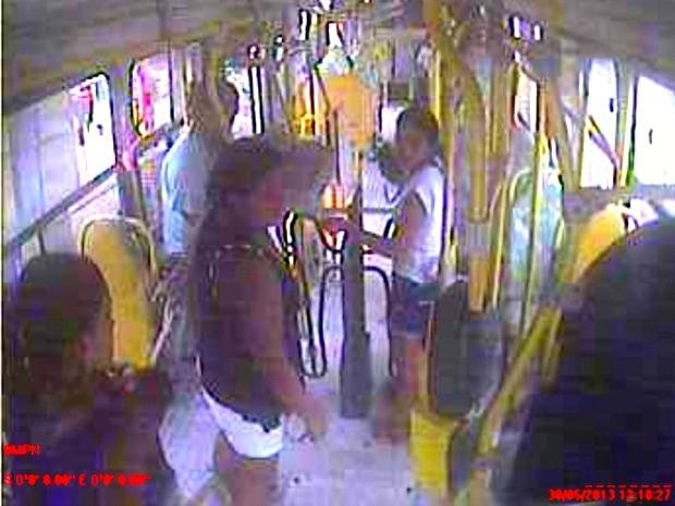 Imagem do circuito interno de ônibus identificou suspeita (Foto: Reprodução/TVCA)