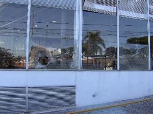 Uma concessionária na avenida Antônio Carlos é depredada (Foto: Reprodução/TV Globo)