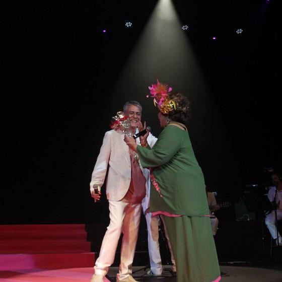 """Alcione cantou o sucesso """"O meu amor"""" com Chico Buarque na festa da verde e rosa (Foto: Ag News)"""