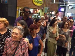 Fãs de Marília Pêra aguardam para entrar no velório (Foto: Cristina Boeckel/G1)