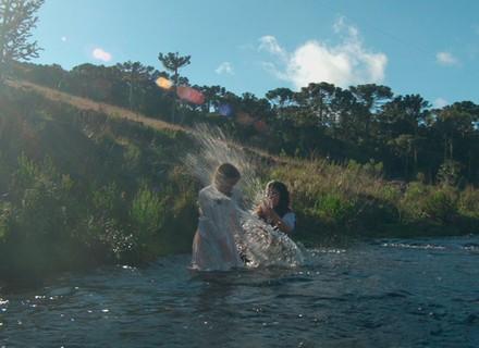 Felícia e Rita se esbaldam no riacho e levam bronca de Massimo