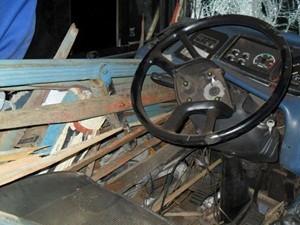 Carroceria do caminhão furou lataria e quebrou vidros do ônibus  (Foto: João Trentini)