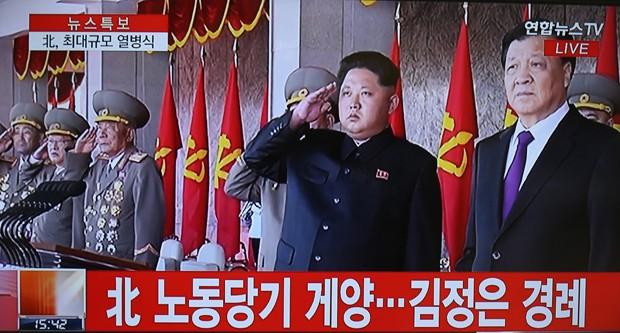 Imagem exibida pela Yonhap News TV mostra o líder da Coreia do Norte Kim Jong-Un (ao centro) durante parada militar do 70º do Partido (Foto: AFP PHOTO/YONHAP)