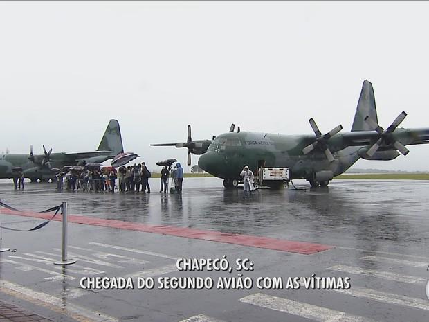 Aviões da FAB chegaram a Chapecó com corpos de vítimas (Foto: Reprodução/RBS TV)