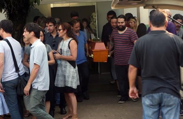 Caixão de Flávio Guarnieri deixa velório (Foto: Iwi Onodera / Ego)