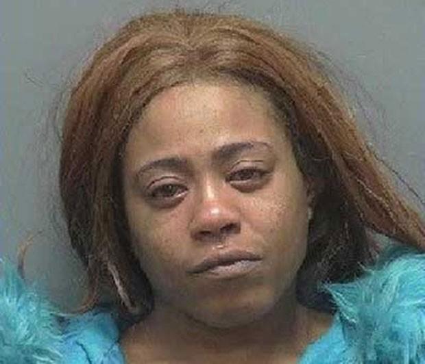 Mesheokia White foi detida por agressão após morder virilha de cliente (Foto: Rock County Sheriff's Office)