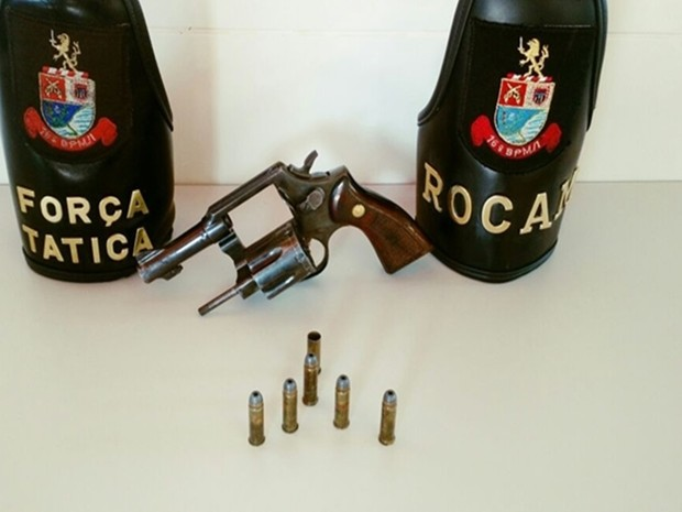 Revólver e munições foram localizadas pelos policiais na casa do suspeito (Foto: Divulgação / Polícia Militar)