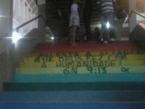 Escadaria do CCH pichada com passagem bíblica (Foto: Divulgação)