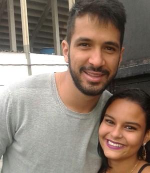 Luan recebe carinho de torcedora do Vasco da Bahia (Foto: Reprodução)