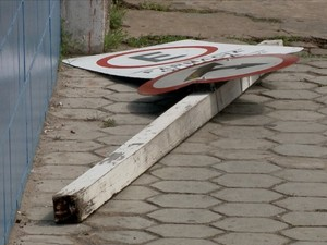 Placa de sinalização que caiu e feriu idosa em Teresina (Foto: Reprodução/TV Clube)