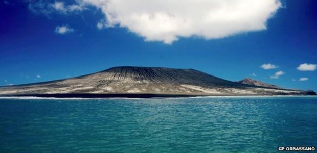 Nova ilha começou a ser formada a partir de erupção desde dezembro do ano passado (Foto: GP Orbassano/BBC)