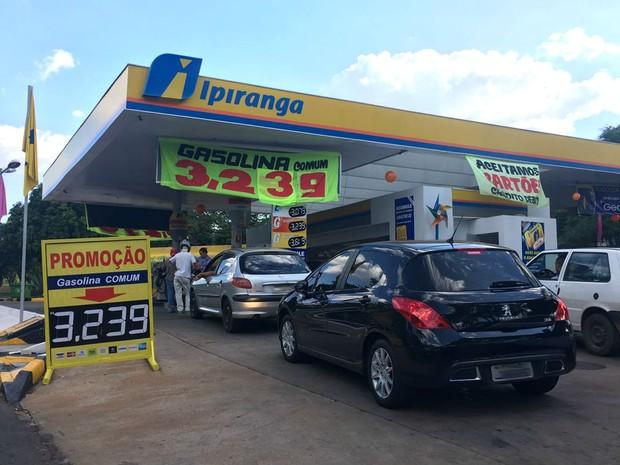 Posto Ipiranga da 210 Norte, no Eixo W, anuncia promoção da gasolina a R$ 3,23 (Foto: Luiza Garonce/G1)