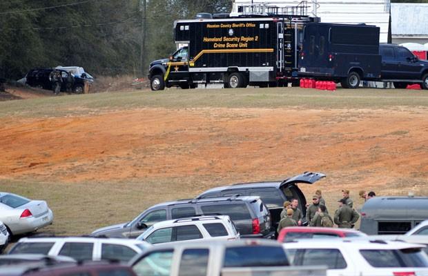 Autoridades se agrupam em seus caminhões após o fim do sequestro de criança no Alabama (Foto: AP)