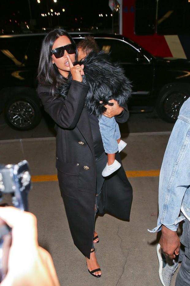 X17 - Kim Kardashian com a filha, North West, em aeroporto de Los Angeles, nos Estados Unidos (Foto: X17online/ Agência)