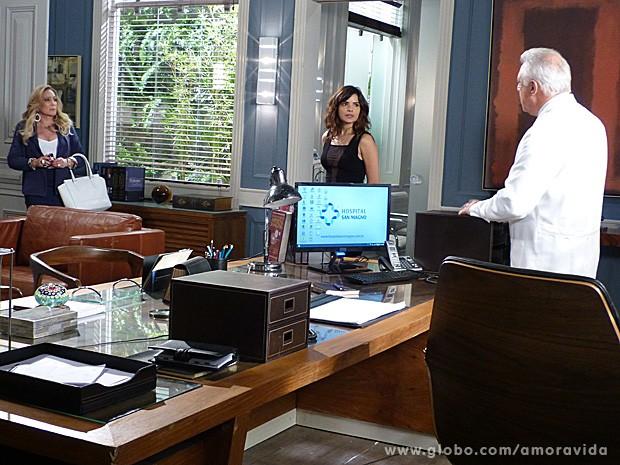 Pilar entra na sala e quase flagra César e Aline (Foto: Amor à Vida / TV Globo)