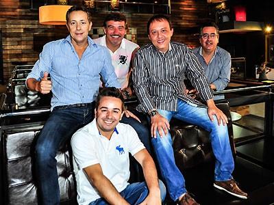 Os sócios do Brook's Bar São Paulo, da esquerda para a direita: Amauri Pereira (de camisa listrada azul), Roberto Holtz, Eduardo Cardoso, Maurício Daza e Weslleu Santos (sentado embaixo) (Foto: Marcia Tavares/Revista QUEM)