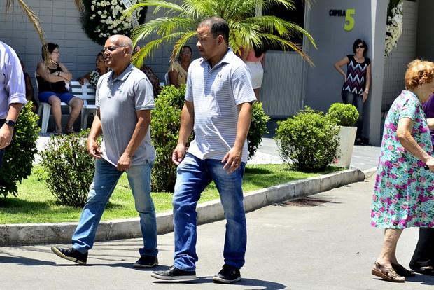 Ronaldo Correa e Roberto Filho, irmão e filho do músico Roberto Correa, do Golden Boys, vão ao enterrado do artista no Rio (Foto: Roberto Teixiera/ Ego)