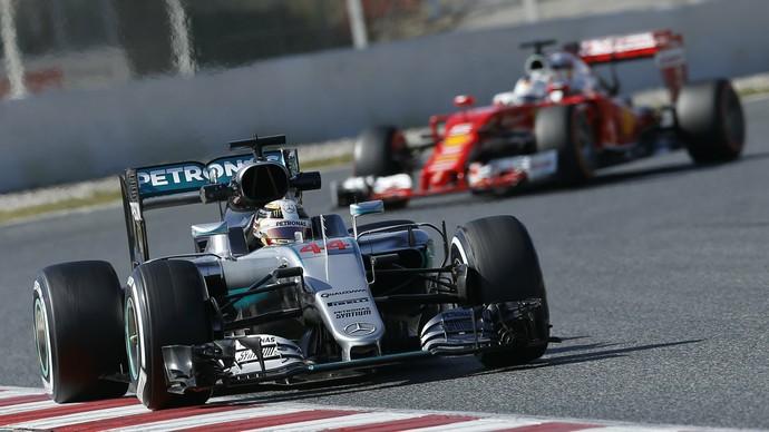 Lewis Hamilton em ação nos de testes da Fórmula 1 em Barcelona (Foto: Reuters)