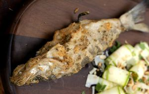 Tempura de peixe com brócolis e queijo muçarela