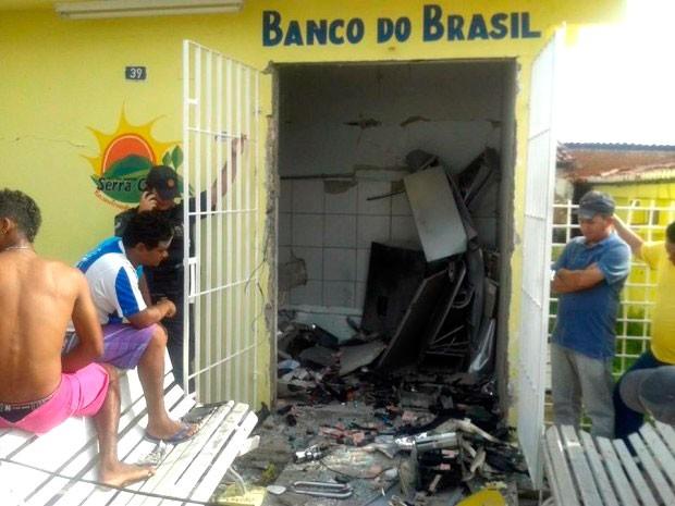 Prédio do Banco do Brasil em Serra Caiada ficou bastante danificado com a explosão  (Foto: Francy Victor)