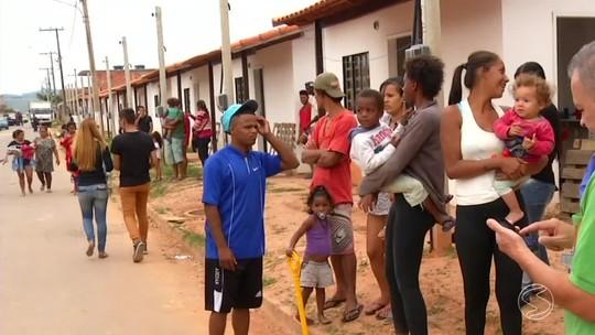 Famílias são retiradas de casas ocupadas irregularmente em Porto Real, RJ