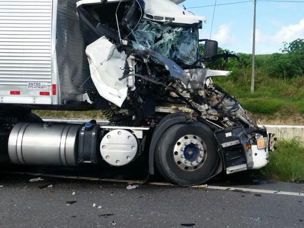 Caminhão que provocou acidente ainda está no local (Foto: Reprodução / Enviado pelo Whatsapp)