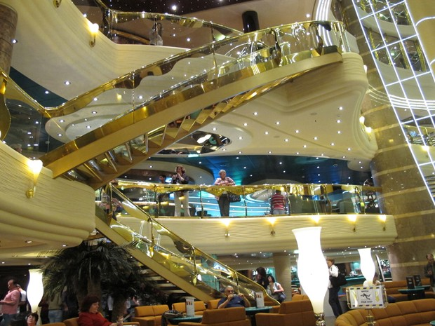 Escadas da recepção e toda a decoração é de alto luxo (Foto: Mariane Rossi/G1)