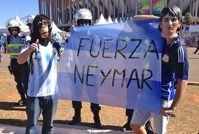 Argentinos mostram bandeira com mensagem de incentivo a Neymar