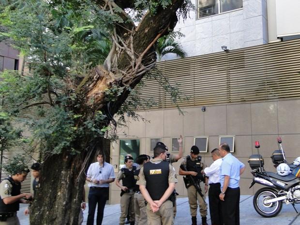 Policiais cercam prédio na Região Centro-Sul de Belo Horizonte. (Foto: Flávia Cristini/ G1)