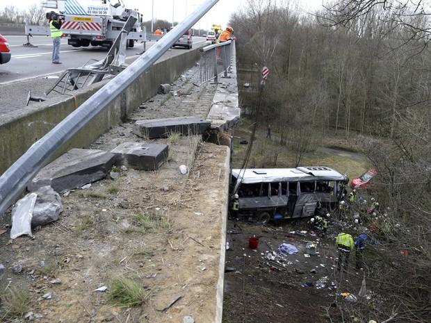 Acidente de ônibus na estrada E34 em Ranst, na Bélgica, deixa ao menos 5 pessoas mortas neste domingo (14) (Foto: AFP PHOTO / BELGA / NICOLAS MAETERLINCK)