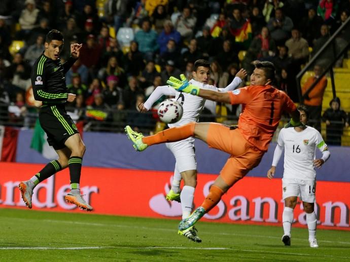 Raul Jiménez cabeceia, e a bola passa por Quiñonez, México x Bolívia Copa América (Foto: Agência AP)