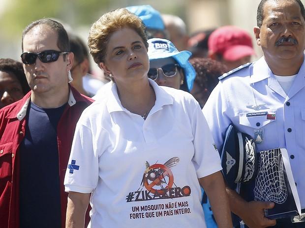 Dilma durante visita a comunidade no Rio de Janeiro (Foto: Ricardo Moraes/ Reuters)