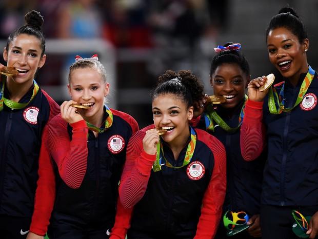 As medalhistas de ouro dos Jogos do Rio 2016: Alexandra Raisman, Madison Kocian, Lauren Hernandez, Simone Biles e Gabrielle Douglas (Foto: Getty)