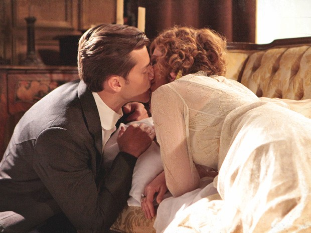 Umberto consegue seduzir a mãe do amigo (Foto: Lado a Lado/TV Globo)