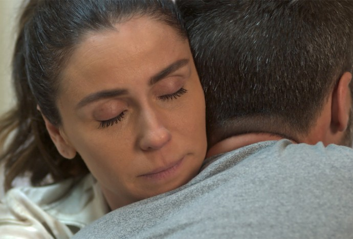 Alice descobre que empresa não receberá dinheiro do seguro (Foto: TV Globo)