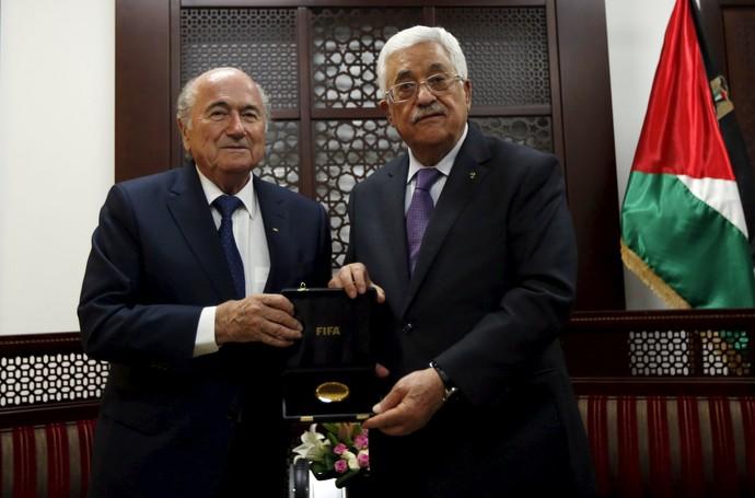 Blatter na Palestina com presidente President Mahmoud Abbas (Foto: Reuters)