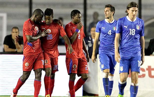 Haiti comemoração Itália jogo (Foto: Marcelo Sadio / Site do Vasco)