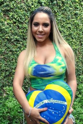 Mulher Melão posa em homenagem ao Brasil (Foto: Léo Martinez/ EGO)