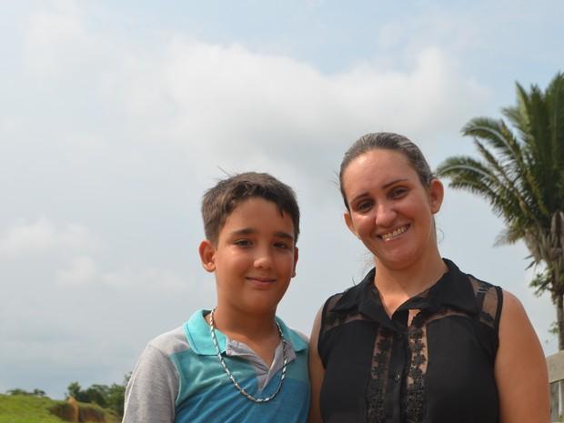 Mãe conta que garoto não conseguia nem mesmo ficar em pé (Foto: Pâmela Fernandes/ G1)