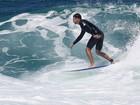 Cauã Reymond surfa (de novo) e leva 'caldo' (mais uma vez) em praia no Rio