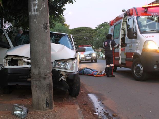 Passageira teve que ser levada para a Santa Casa após colisão em poste em São Carlos (Foto: Maurício Duch/Arquivo pessoal)