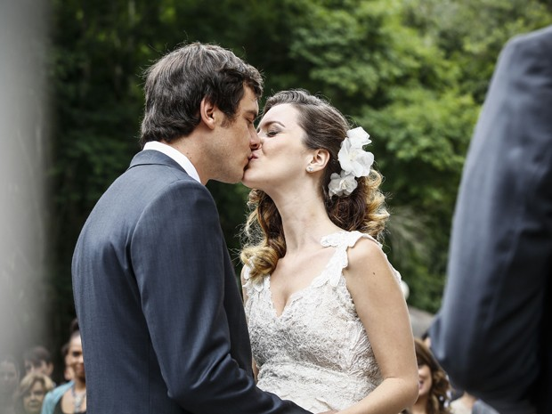 Apaixonados, Laura e Caíque se beijam em casamento (Foto: Raphael Dias/ Gshow)