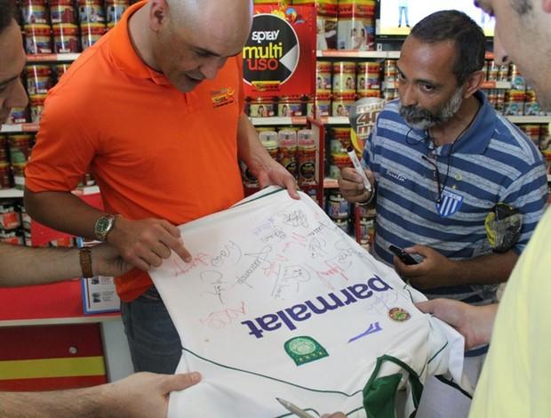 Roberto Luiz das Dores conseguiu um autógrafo do ídolo (Foto: Hugo Crippa/GLOBOESPORTE.COM)