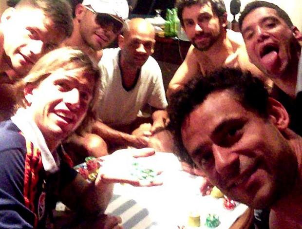 fred diguinho thiago neves carlinhos ricardo berna fluminense jogando carta (Foto: Reprodução / Instagram)