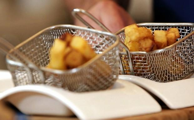Batatas rsticas fritas temperadas com sal de ervas do chef Felipe Bronze (Foto: GNT)