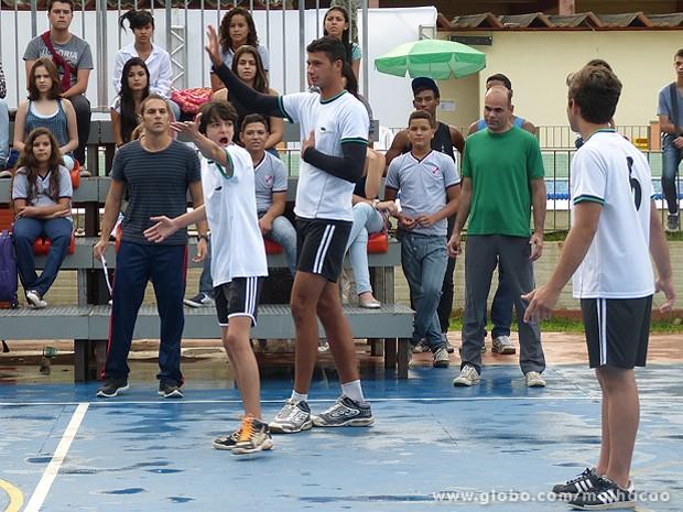 Vitor fica agressivo com os outros jogadores, e Fabio percebe (Foto: Malhação / TV Globo)