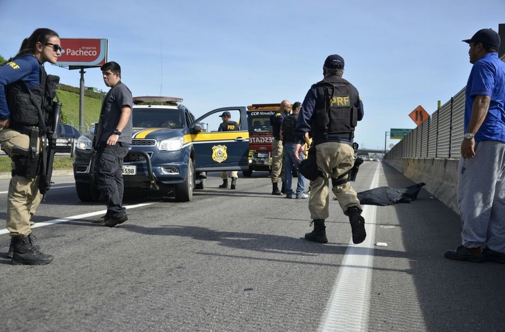 Suspeito é atropelado pelo caminhão que tentava assaltar. (Foto: Divulgação/ PRF)